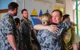 Lính Hải quân Hoàng Gia Australia bật khóc khi thăm Trung tâm Bảo trợ trẻ em tàn tật Thị Nghè