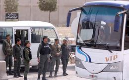 Đầu hàng mưa bom, phiến quân Syria buông vũ khí lũ lượt rời thủ đô