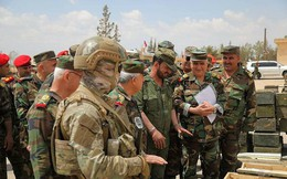 """Tướng """"Hổ Syria"""" kiểm tra chiến lợi phẩm sau khi quân thánh chiến đầu hàng"""
