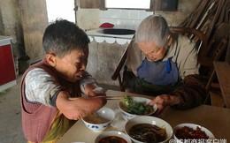Câu chuyện cảm động về người phụ nữ cụt cả tay chân một mình chăm sóc mẹ già 100 tuổi