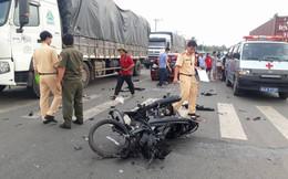 Xe máy nát bét sau khi đối đầu ô tô, hai người thương vong