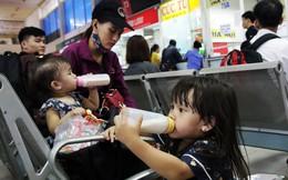 Trẻ em mệt mỏi cùng bố mẹ chen chân về quê nghỉ lễ ở bến xe Miền Đông