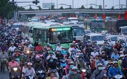 Người Sài Gòn ùn ùn đổ về quê, cửa ngõ phía Tây kẹt 2km