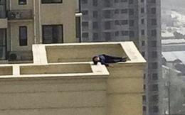 Buồn đời cộng thêm say xỉn, thanh niên leo 29 tầng nhà, chưa kịp nhảy lầu tự tử đã lăn ra ngủ