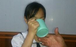 Cô giáo bắt học sinh uống nước giẻ lau bảng