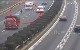 Video: Người phụ nữ lao ra giữa đường cao tốc xin đi nhờ xe