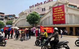 Hàng trăm tiểu thương chợ Đồng Xuân căng băng rôn phản đối vì nghe tin xây mới chợ
