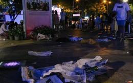 Rác ngập trên phố đi bộ Nguyễn Huệ và công viên sau màn pháo hoa mừng lễ 30/4 ở Sài Gòn