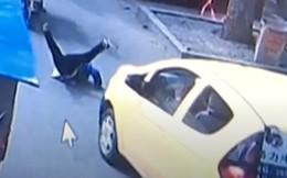 Trung Quốc: Bé trai bất cẩn ngã từ xe máy xuống đường rồi bị xe cán, người mẹ vẫn không hề hay biết