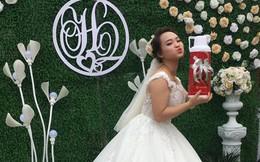 Nhóm bạn tặng quà cưới là một cái phích chứa đầy tiền, cô dâu chú rể phải gắp từng phong bì ra mới đếm được