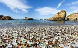 Bãi biển phủ đầy mảnh thủy tinh nhưng dù có giẫm chân lên, con người vẫn không bị thương
