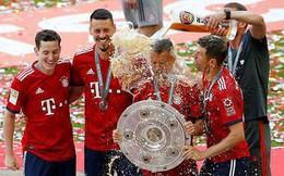 Cầu thủ Bayern Munich tắm bia mừng Đĩa bạc thứ 28 trong lịch sử