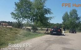 Ra khỏi xe chụp ảnh, cả gia đình bị báo đốm đuổi suýt chết