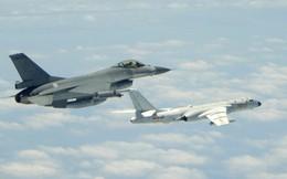 """[Photo Story] """"Cơn ác mộng"""" Su-35 bị bám đuôi trong lần đầu tiên hộ tống H-6K vờn Đài Loan"""