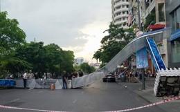 Gió quật ngã 3 cổng chào trên phố đi bộ Nguyễn Huệ, 1 người bị thương