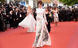 """Giữa """"rừng"""" xiêm y lộng lẫy của sao Hollywood, đây là cách Lý Nhã Kỳ xuất hiện tại Cannes"""