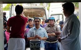 MC Quyền Linh đến thắp hương, cùng Tuấn Hưng kêu gọi quyên góp cho hai 'hiệp sĩ' Sài Gòn
