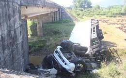 Huế: Va chạm với xe khách, xe đầu kéo lao qua thành cầu rơi xuống suối