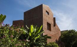 Nhìn bên ngoài là bức tường gạch trần trụi nhưng bên trong là cả một kiệt tác kiến trúc