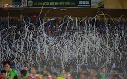 CĐV Hà Nội ném giấy vệ sinh trắng xóa khán đài sân Hàng Đẫy