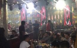 Nhiều cô gái thoát y trong quán karaoke phục vụ khách ngoại quốc ở Sài Gòn