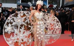 """Nhà thiết kế """"chiếm chỗ"""" thảm đỏ Cannes với bộ cánh kỳ dị"""