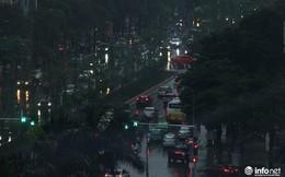 Hà Nội: Bất chợt mưa dông, người dân phải bật đèn pha đi đường vào giữa trưa
