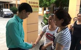 Người dân đội nắng nóng chờ được bắt tay, động viên bác sỹ Hoàng Công Lương