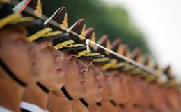 24h qua ảnh: Tiêu binh Trung Quốc căng dây chỉnh hàng đón thủ tướng Đức