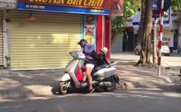 Đẩy con xuống xe ngay trên phố, mẹ bị người đi đường xúm vào khuyên nhủ