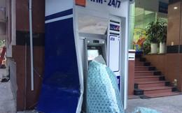 Xế hộp BMW tông nát trụ ATM của BIDV ở Sài Gòn