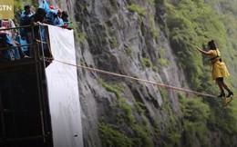 Cô gái người Pháp lập kỷ lục đi trên dây bằng giày cao gót ở độ cao 1.300 mét