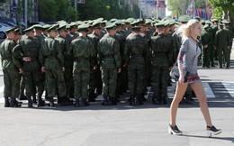 24h qua ảnh: Binh lính Donetsk diễn tập chuẩn bị cho lễ duyệt binh mừng Ngày Chiến thắng