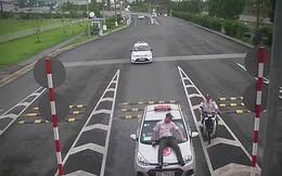 Taxi đâm trực diện, hất nhân viên an ninh sân bay lên nắp capo