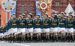 24h qua ảnh: Nữ quân nhân Nga rạng ngời khi diễn tập mừng Ngày Chiến thắng