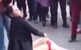 Rủ người thân đánh ghen, lột đồ một phụ nữ trên đường làng