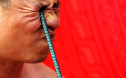 24h qua ảnh: Võ sư Việt Nam dùng mắt bẻ cong thanh thép
