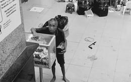 Hình ảnh đẹp: Cụ ông vô gia cư bỏ tiền lẻ vào thùng quyên góp ủng hộ người nghèo ở chợ Đồng Xuân