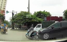 Tuyệt kỹ ninja: Dù bị ô tô vượt đèn đỏ đụng văng cả xe, chị vẫn xoay trở khéo léo để không bị ngã
