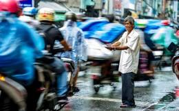 Phía sau bức ảnh 'ông cụ khóc trong mưa' là câu chuyện về lão 'khờ' 20 năm bán vé số ở Sài Gòn