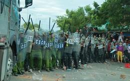 Đám đông quá khích đập phá, đốt xe tại UBND tỉnh Bình Thuận: Nhiều chiến sĩ bị thương