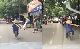 """Clip: Người phụ nữ tròng thang vào cổ, vô tư đạp xe như """"diễn xiếc"""" trên phố khiến nhiều người thót tim"""