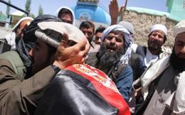 Lính Taliban bất ngờ bắt tay lực lượng Afghanistan, IS thừa cơ tấn công