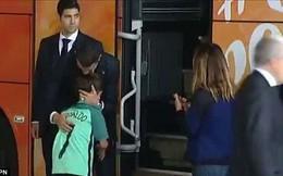 """Lao ra khỏi chiếc xe buýt, Ronaldo thực hiện cử chỉ """"đốn tim"""" hàng triệu CĐV"""