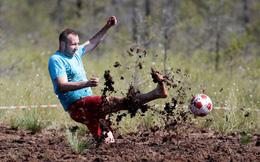 24h qua ảnh: Độc đáo thi đấu bóng đá trên đầm lầy ở Nga
