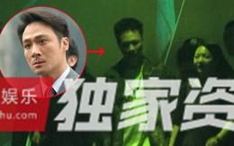 """Vợ con đề huề, tài tử """"Bao la vùng trời"""" vẫn bị bắt gặp thân mật với mỹ nhân lạ mặt tại quán karaoke"""