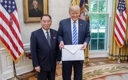 """Lá thư khổng lồ của ông Kim Jong Un được an ninh Mỹ """"kiểm tra cẩn thận"""" trước khi đại diện Triều Tiên trao cho ông Trump"""