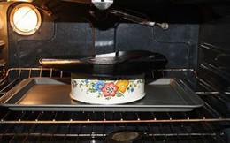 Cô gái cho đĩa nghe nhạc vào lò nướng, vài phút sau cô có ngay đồ trang trí không đụng hàng