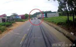 Clip: Sang đường không quan sát, khi quay đầu lại chàng trai thất thần nhìn cảnh tượng phía sau