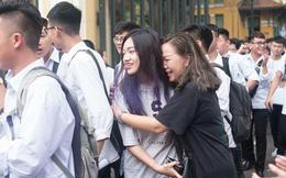 Cổng trường Chu Văn An đúng giờ mới mở, thí sinh sà vào vòng tay bố mẹ trong cảm xúc khó tả